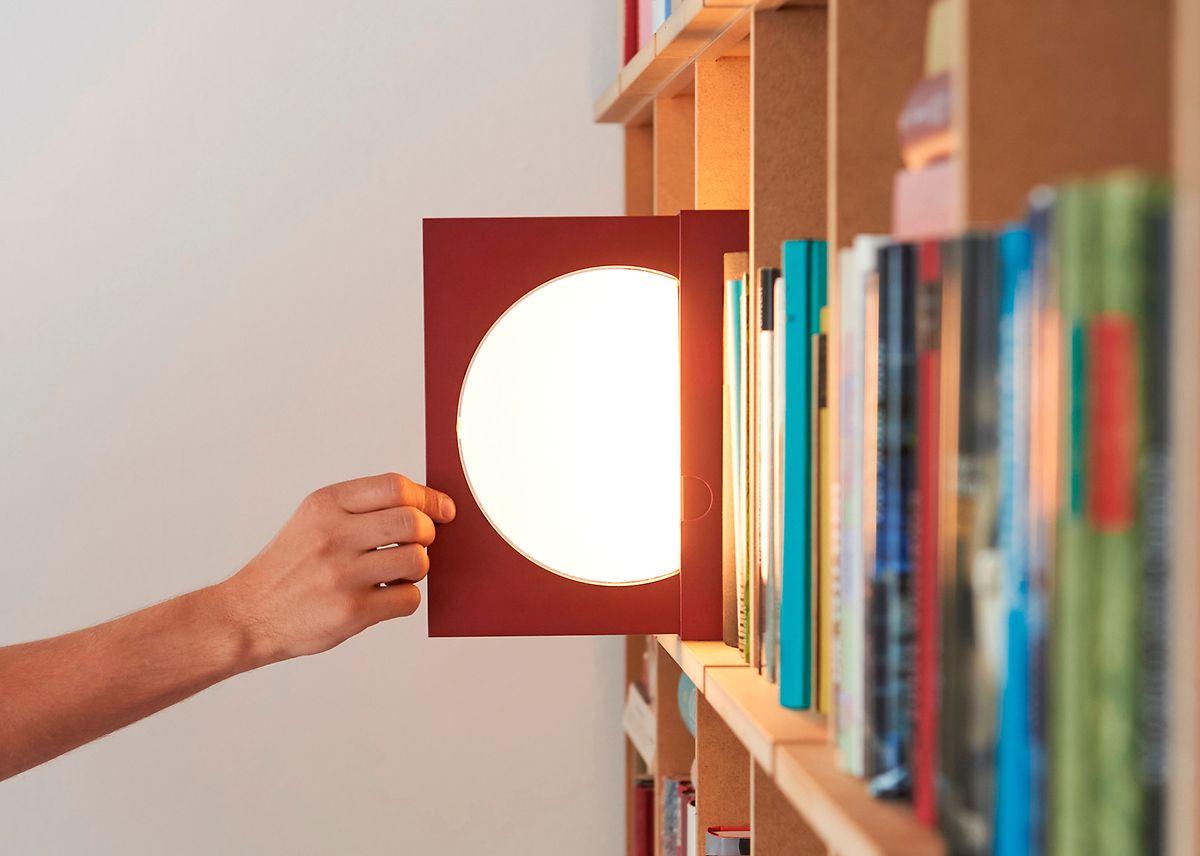 """Die Leuchte """"Elina"""" von Dirk Vosding ist ein Akzentlicht im Bücherregal - oder eine Buchstütze."""