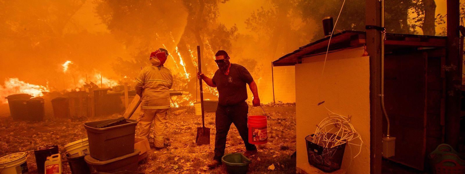 Menschen versuchen verzweifelt, ihre Häuser zu retten - oft vergeblich.