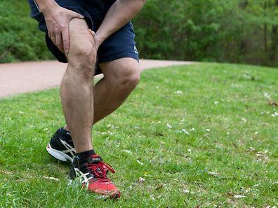 Einmal beim Joggen falsch aufgekommen und schon meldet sich der Muskel: Eine Zerrung holt man sich schnell - man erkennt sie am stichartigen Schmerz und am hart werdenden Muskel.