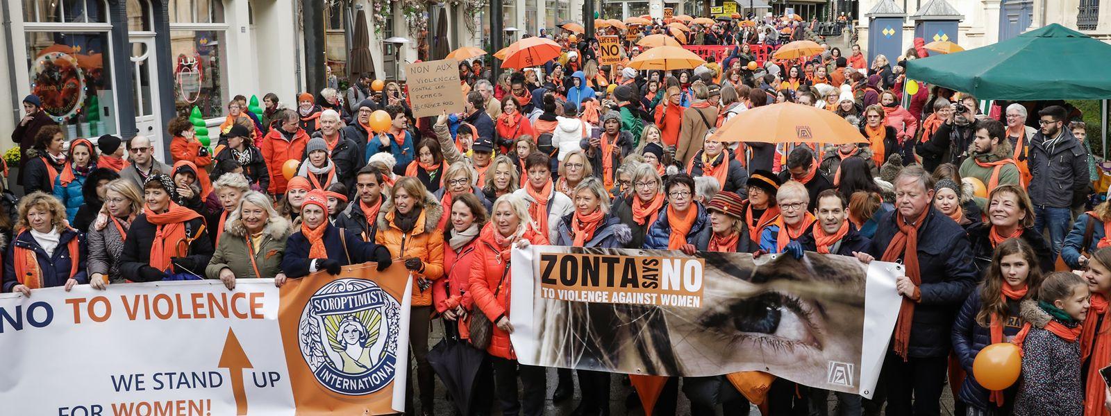 Marée orange devant la Chambre des députés