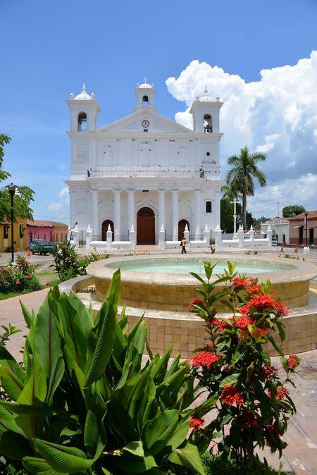 Die Kirche Santa Lucia leuchtet in strahlendem Weiß.