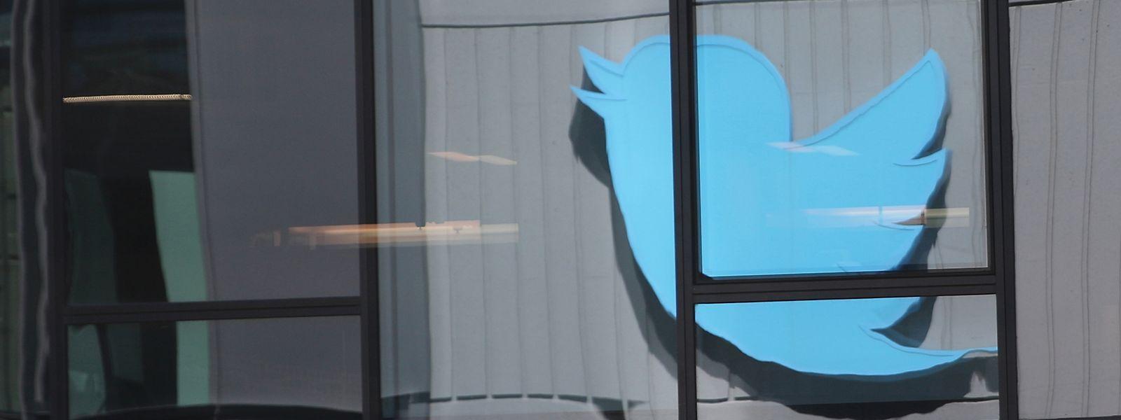 San Francisco: Das Logo des Kurznachrichtendienstes Twitter spiegelt sich in einer Fensterfassade.