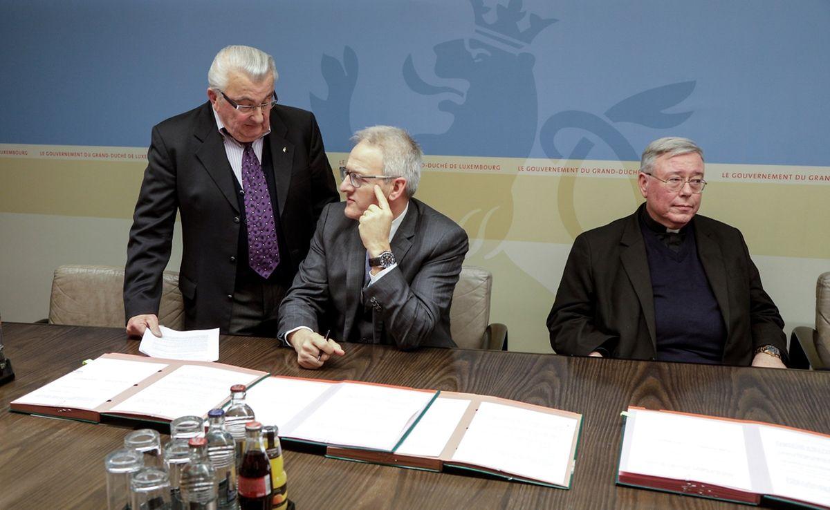 Jean Zimmer (l.)  berät sich mit dem Bürgermeister aus Echternach, Yves Wengler (Mitte), nach der Weigerung des Erzbischofs.