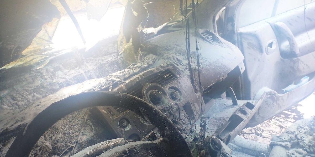 Durch das Feuer im Innern des Wagens ist die Windschutzscheibe geborsten.