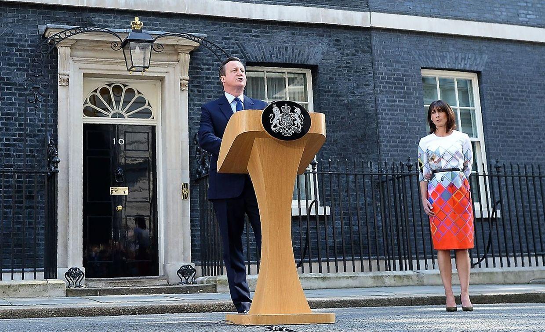 Am Morgen nach dem Referendumg gibt Premierminister David Cameron (an seiner Seite Ehefrau Samantha) bekannt, dass er spätestens im Oktober zurücktreten wird.
