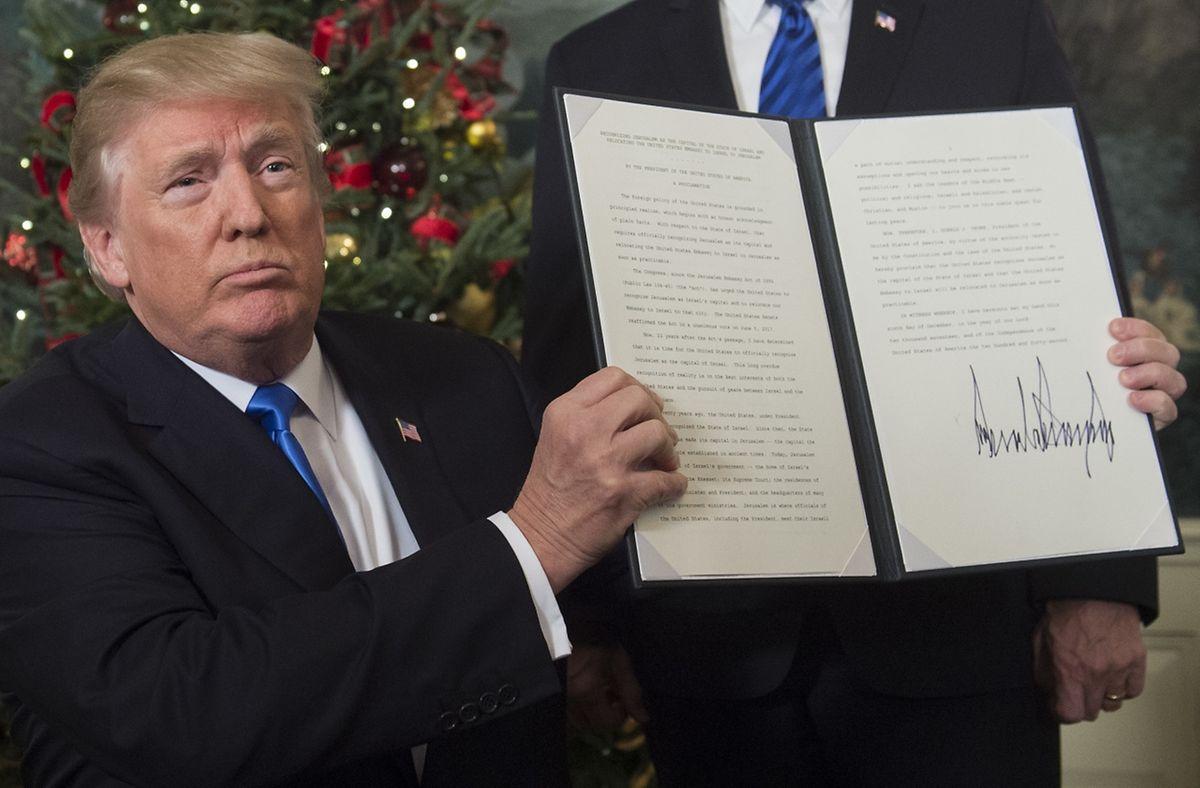 Donald Trump assina decisão histórica e controversa.