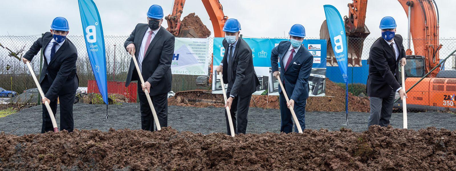 Legen selbst mit Hand an: Erbgroßherzog Guillaume (zweiter von rechts) und Wirtschaftsminister Franz Fayot (Mitte) beim Spatenstich für die Werkserweiterung.