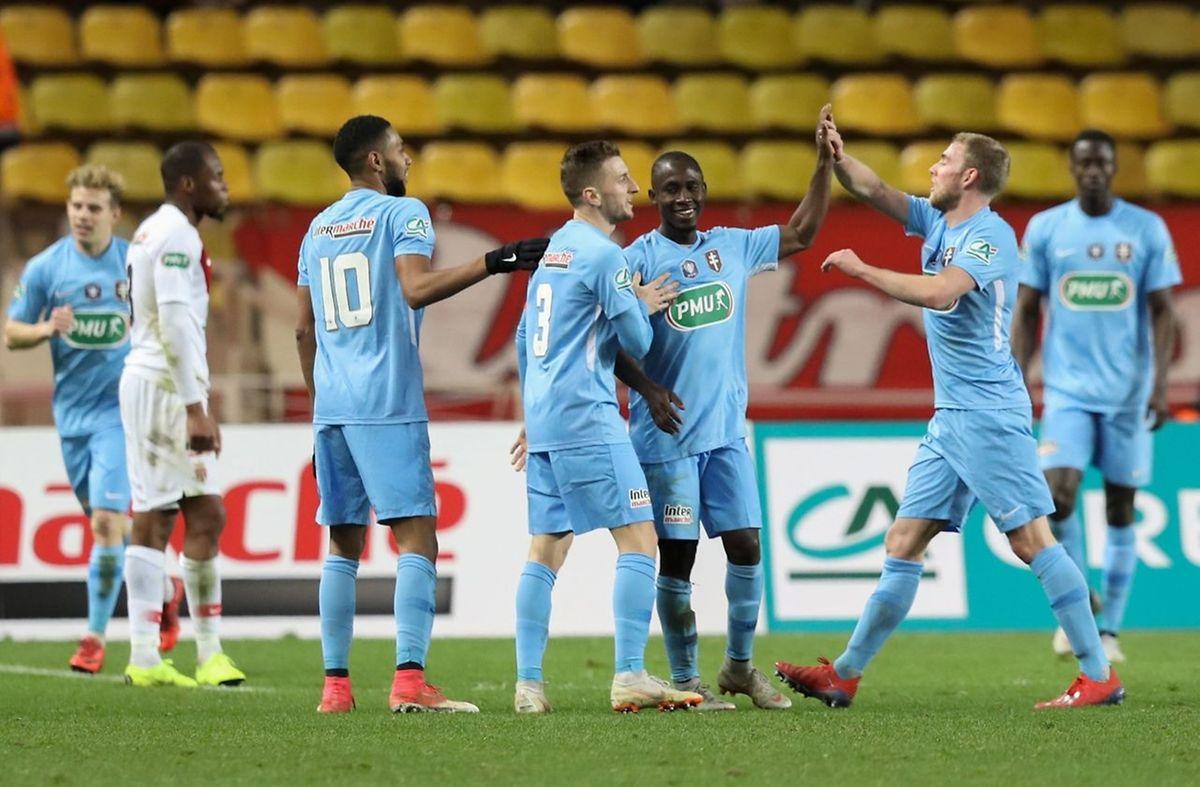 Ibrahima Niane félicité par ses partenaires après le troisième but messin.
