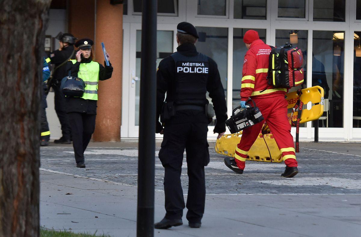 Polizisten und Rettungskräfte auf dem Gelände des Universitätsklinikums.