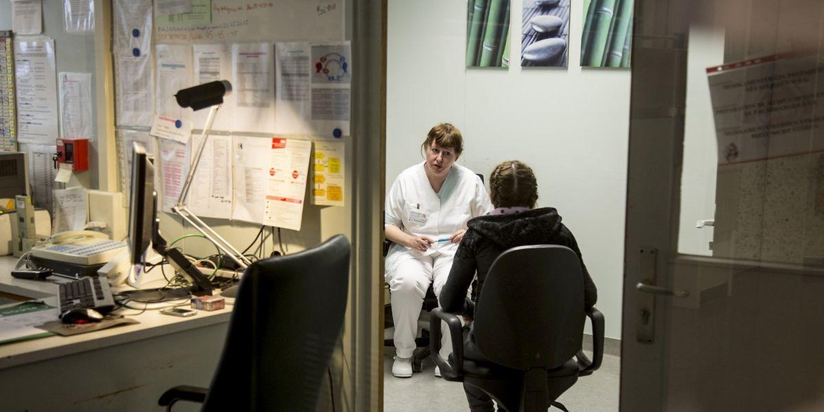 Gleich mehrmals am Tag führen die psychiatrischen Krankepfleger Gespräche mit ihren Patienten.