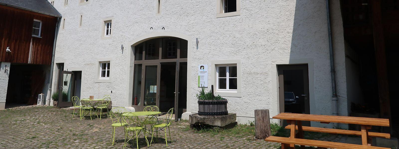 Tische und Bänke vor dem Naturzentrum laden Besucher zu einem Getränk ein. Das gibt es allerdings nur während der Öffnungszeiten.