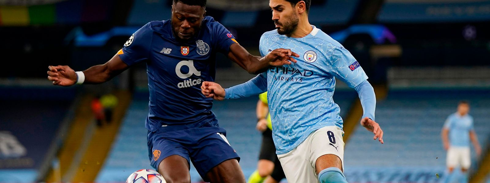 Porto's Congolese defender Chancel Mbemba (L) vies with Manchester City's German midfielder Ilkay Gundogan (R) during the UEFA Champions League football Group C match between Manchester City and Porto at the Etihad Stadium in Manchester, north west England on October 21, 2020. (Photo by Tim Keeton / POOL / AFP)