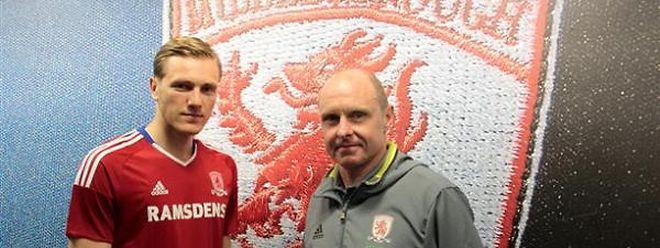 Enes Mahmutovic nach seiner Vertragsunterzeichnung im Mai mit Akadamie-Manager Craig Liddle.