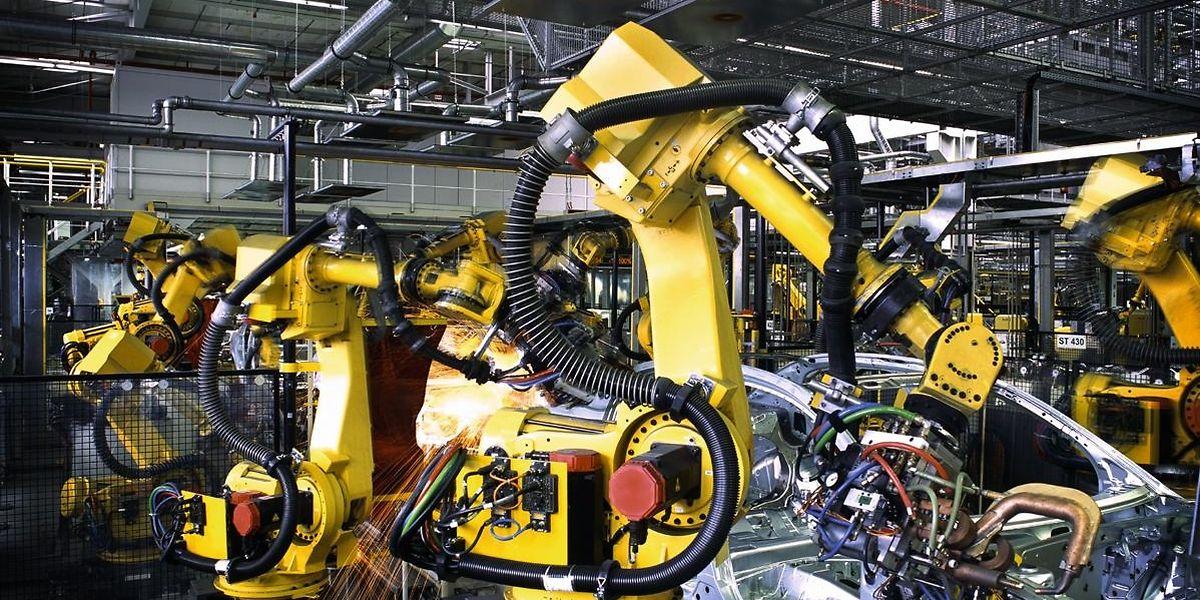 Roboter übernehmen in den Fabriken neue Aufgaben.