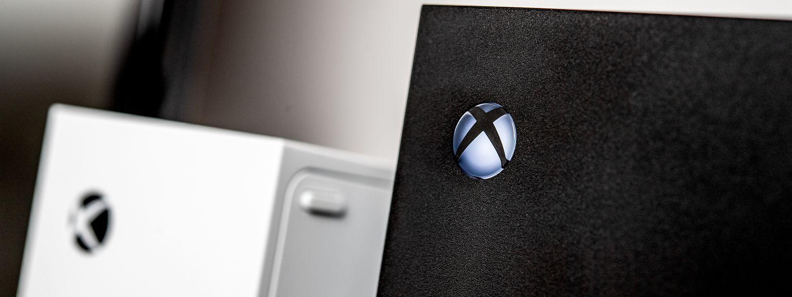 Die Xbox Series S(l.)ist technisch schwächer als die Series X(r.)