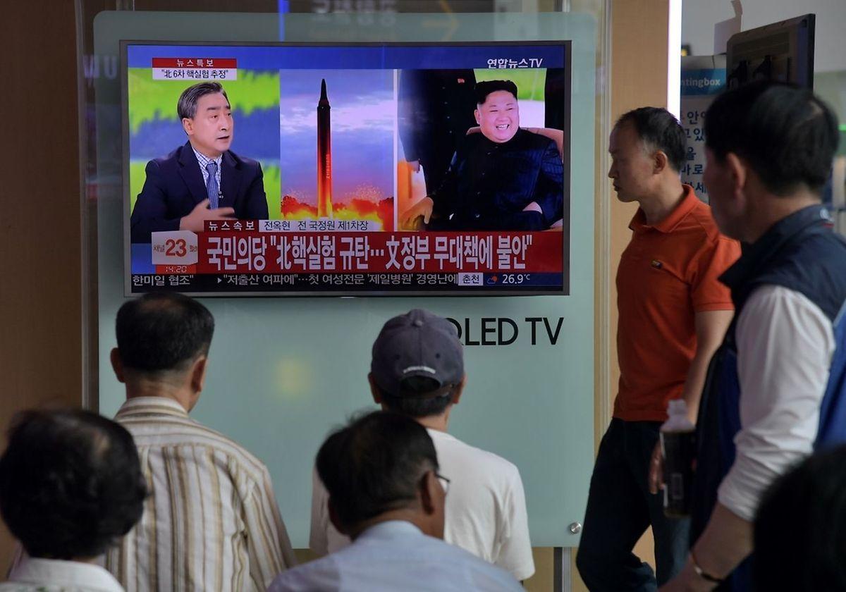 Nordkorea hat einen erfolgreichen Wasserstoffbombenversuch gemeldet. Hier verfolgen Menschen die Lage auf einem Bildschirm in einem Bahnhof in Seoul.