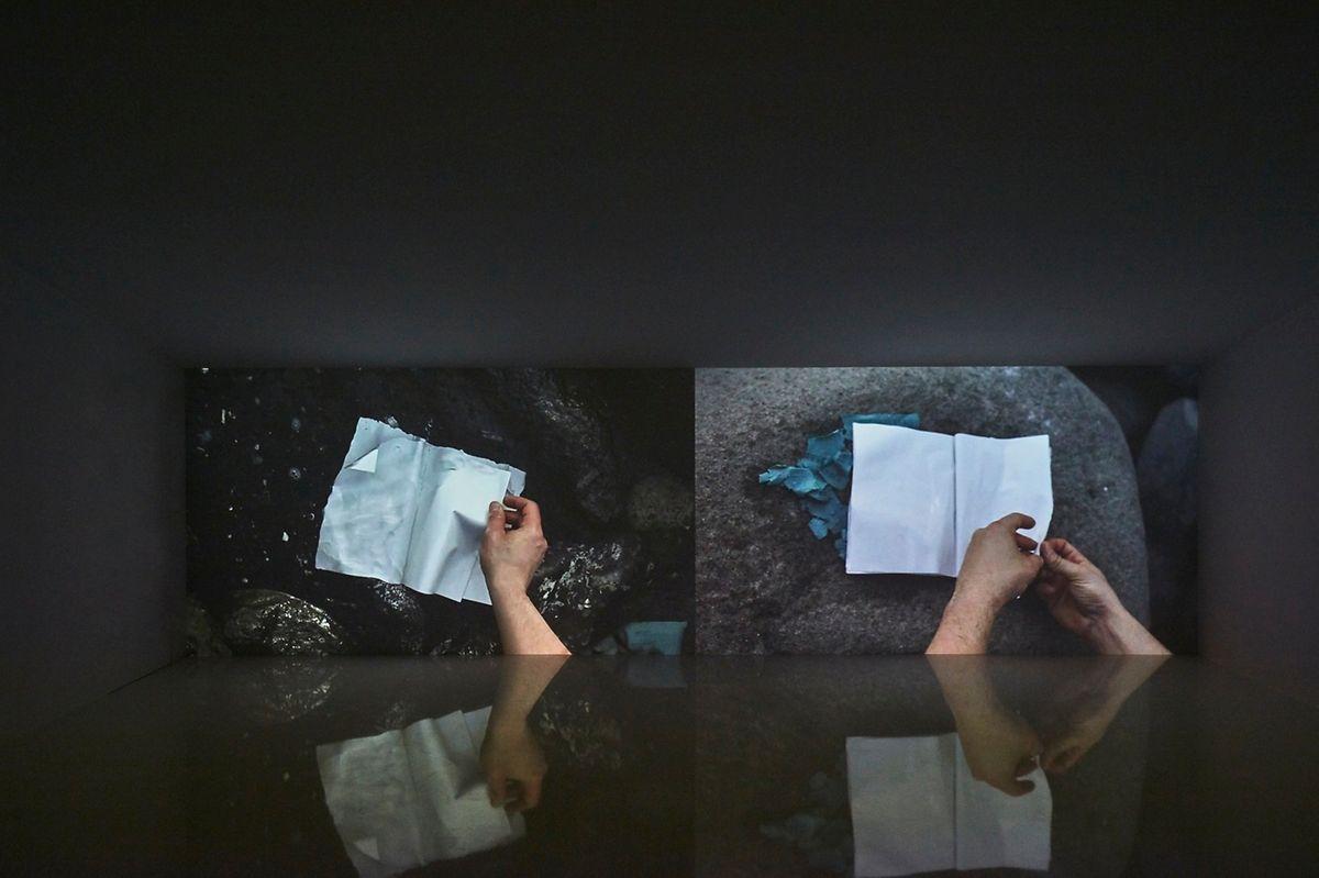 Les histoires invisibles  écrites par la mer.
