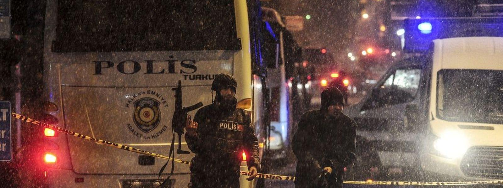 Polizisten stehen vor der Wache, in der die Attentäterin zugeschlagen hat.