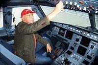 Niki Lauda überprüft die Instrumente im Cockpit eines Airbus A319.