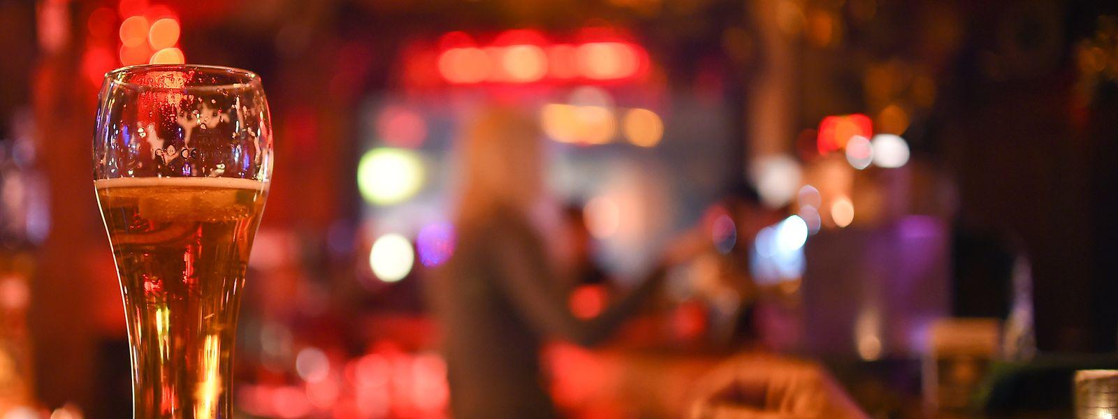 Einfach mal wieder an der Theke sitzen und mit dem Barmann oder der Barfrau über das Leben plaudern - in der Corona-Krise nahezu unmöglich.