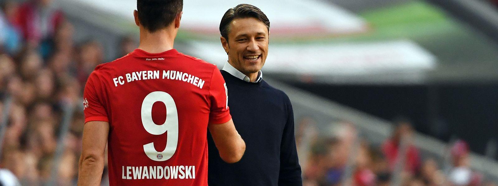 Bayerns Trainer Niko Kovac (r) bedankt sich bei Doppeltorschütze Robert Lewandowski.