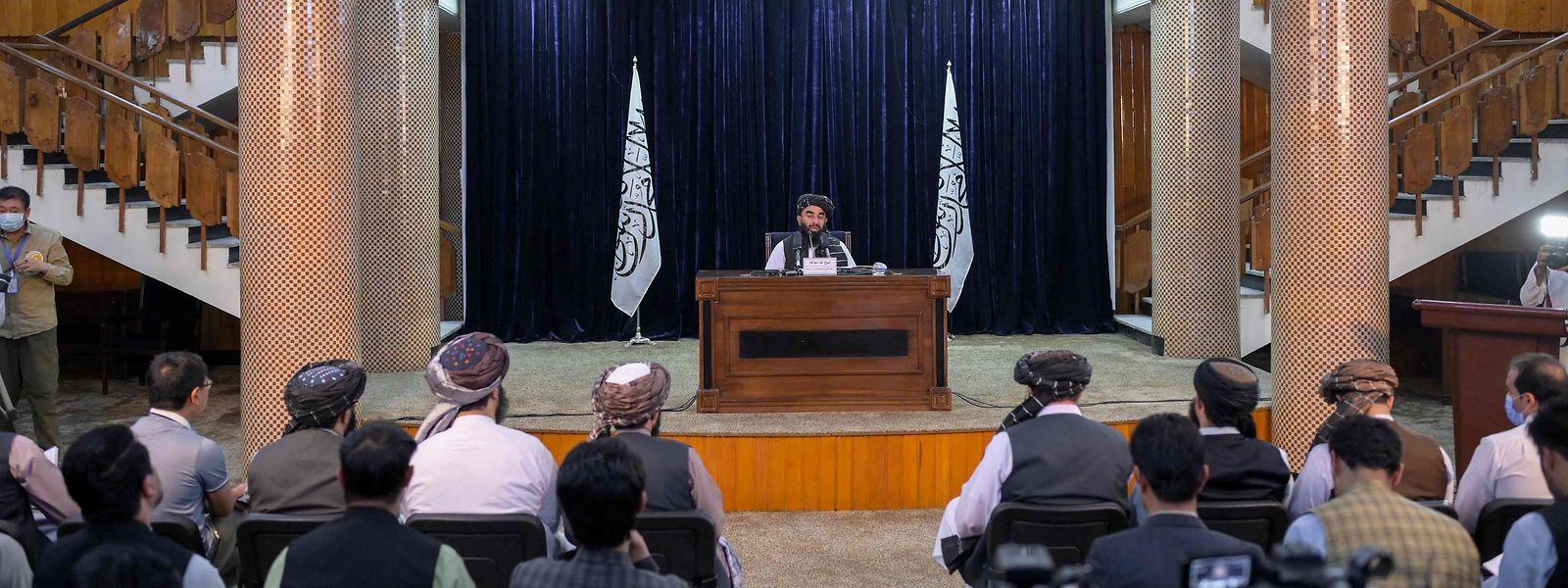 Chefe de imprensa dos taliban numa conferência com os media, na capital afegã.