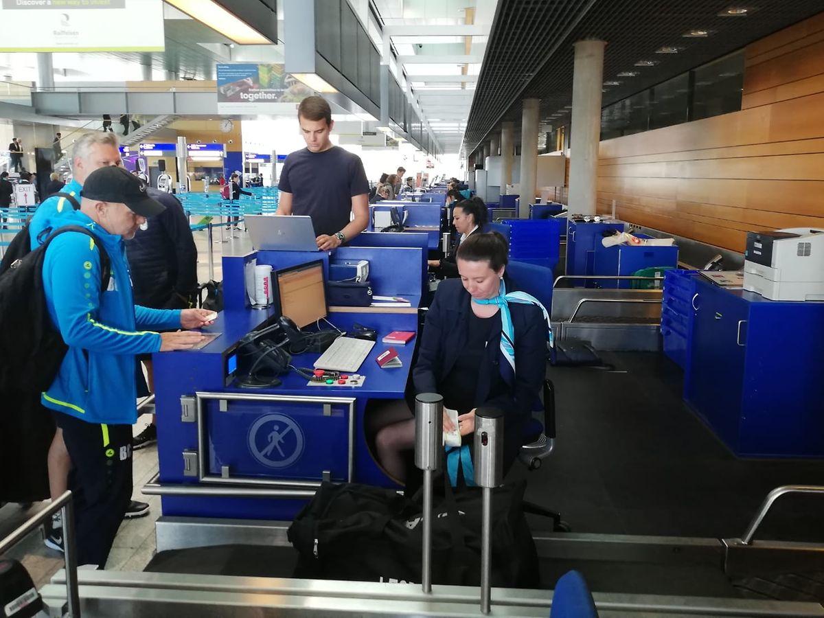 Bertrand Crasson beim Check-in am Flughafen Findel.