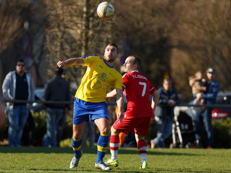 Edvin Skrijelj (Mersch) s'apprête à contrôler un ballon sous le regard de Geoffrey Parison