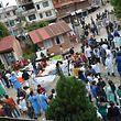 Le parvis de l'hôpital Dhulikhel est rempli, faute de place dans l'établissement de 360 lits dont les couloirs débordent de blessés.
