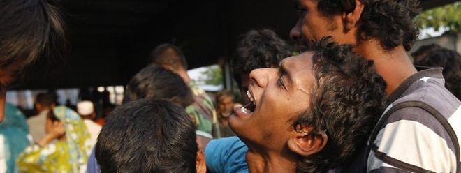 Verzweifelte Angehörige nach dem Gebäudeeinsturz in Bangladesch vor sechs Jahren.