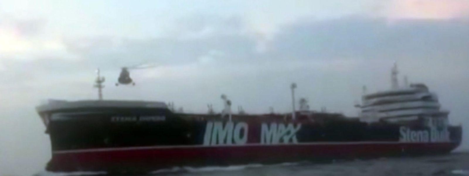 Dieses Videostandbild von der Iranischen Revolutionsgarde zeigt einen Hubschrauber über dem britischen Öltanker Stena Impero. Iran hatte den unter britischer Flagge fahrenden Öltanker «Stena Impero» am Freitag festgesetzt. Britische Medien veröffentlichten von dem Vorfall am Wochenende Audioaufnahmen.