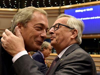 Jean-Claude Juncker pousse-t-il l'ironie jusqu'à embrasser Nigel Farage?