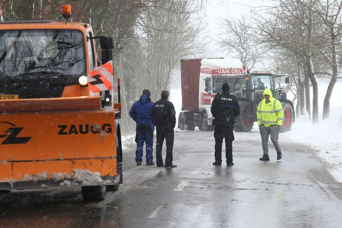 Auf der Strecke Gonderingen-Burglinster war ein Lastwagen an einer Schneewehe stecken geblieben.
