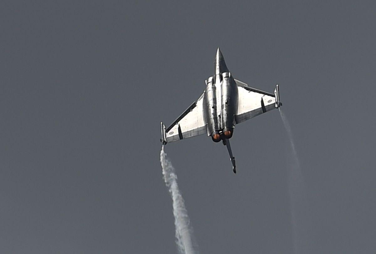 Ein Rafale-Jet beim Überfliegen des Geländes.