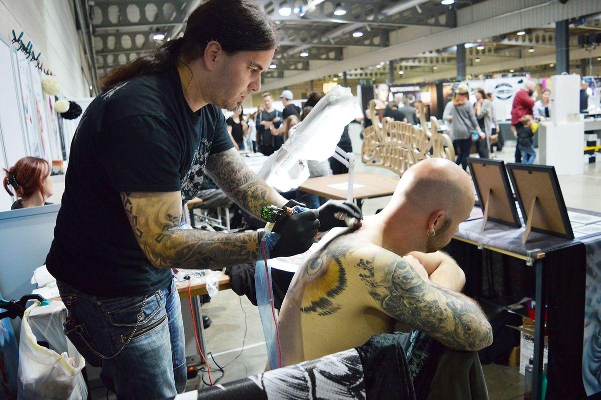 Concentração máxima na hora de tatuar.