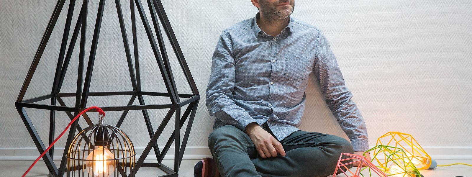Lampendesigner Laurent Maré inmitten seiner Kreationen.