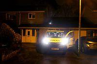 05.03.2018, Großbritannien, Salisbury: Einsatzkräfte der Polizei parken vor einem Haus, in dem der frühere russische Geheimdienstoffizier Sergej Skripal wohnen soll. In der südenglischen Stadt Salisbury sind am Wochenende zwei Menschen mit Verdacht auf Vergiftung durch eine «unbekannte Substanz» in ein Krankenhaus eingeliefert worden. Das teilte die Polizei mit. Bei dem Mann soll es sich der BBC zufolge um einen ehemaligen Spion aus Russland handeln, der im Auftrag der Briten gearbeitet hat und im Rahmen eines Gefangenenaustauschs 2010 nach Großbritannien kam. Foto: Steve Parsons/PA Wire/dpa +++ dpa-Bildfunk +++