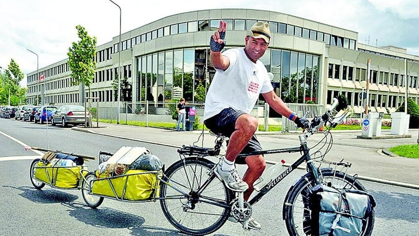 """Mit sich im Reinen und per Fahrrad unterwegs in der Welt, um für saubere Luft zu werben: Omar Ruiz-Diaz aus Kanada. Hier vor dem Gebäude des """"Luxemburger Wort""""."""