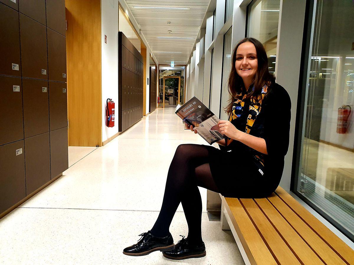 Marina Nunez com o livro de português no Lycée Athénée.