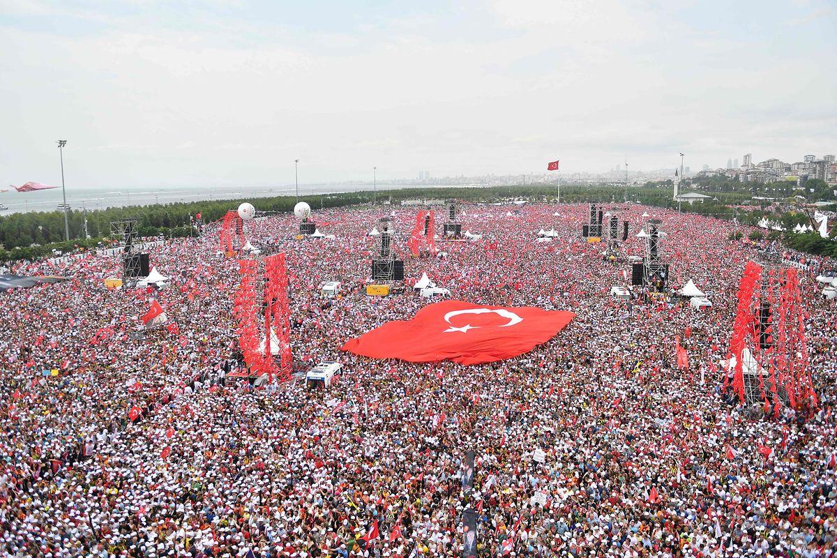 Bei seiner letzten Wahlkampfveranstaltung zieht Muharrem Ince massenhaft Menschen an.