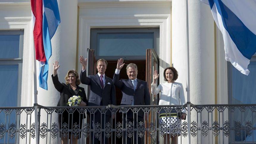Großherzog Henri und Großherzogin Maria Teresa zusammen mit dem finnischen Präsidenten Sauli Niinistö und seiner Frau Jenni Haukio auf dem Balkon des Präsidentenpalasts.