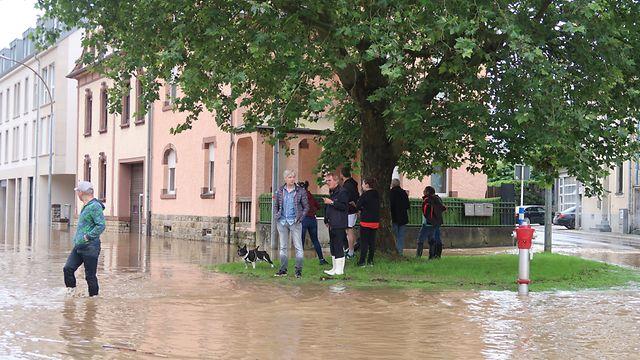 Unweit der Halergaass in Echternach beobachten Anwohner am Donnerstagmorgen, wie der Pegel noch weiter steigt.