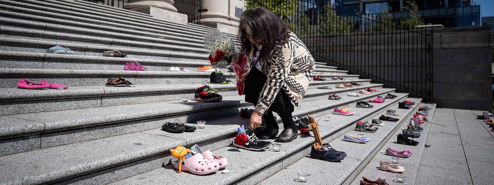 Nach dem Fund von Kamloops: 215 Paar Kinderschuhe auf den Stufen der Vancouver Art Gallery als Mahnmal für 215 tote Kinder kanadischer Ureinwohner.