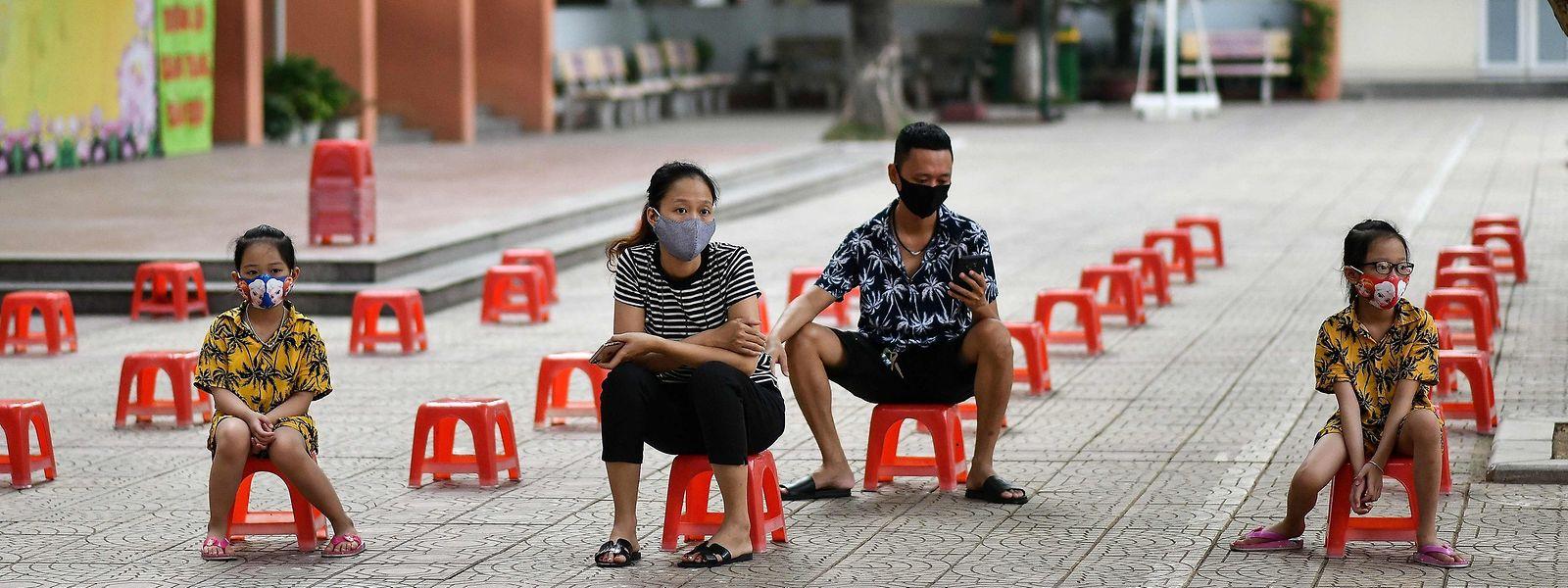 Une famille vietnamienne dans l'attente de se faire tester. Aucune région du monde n'est épargnée par le covid-19.