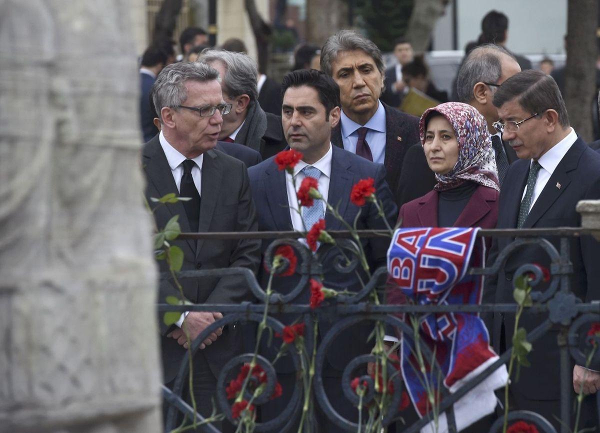 Der türkische Premierminister Ahmet Davutoglu (r.), seine Frau Sare sowie der deutsche Innenminister Thomas de Maizière (l.) besuchten am Mittwoch den Tatort.