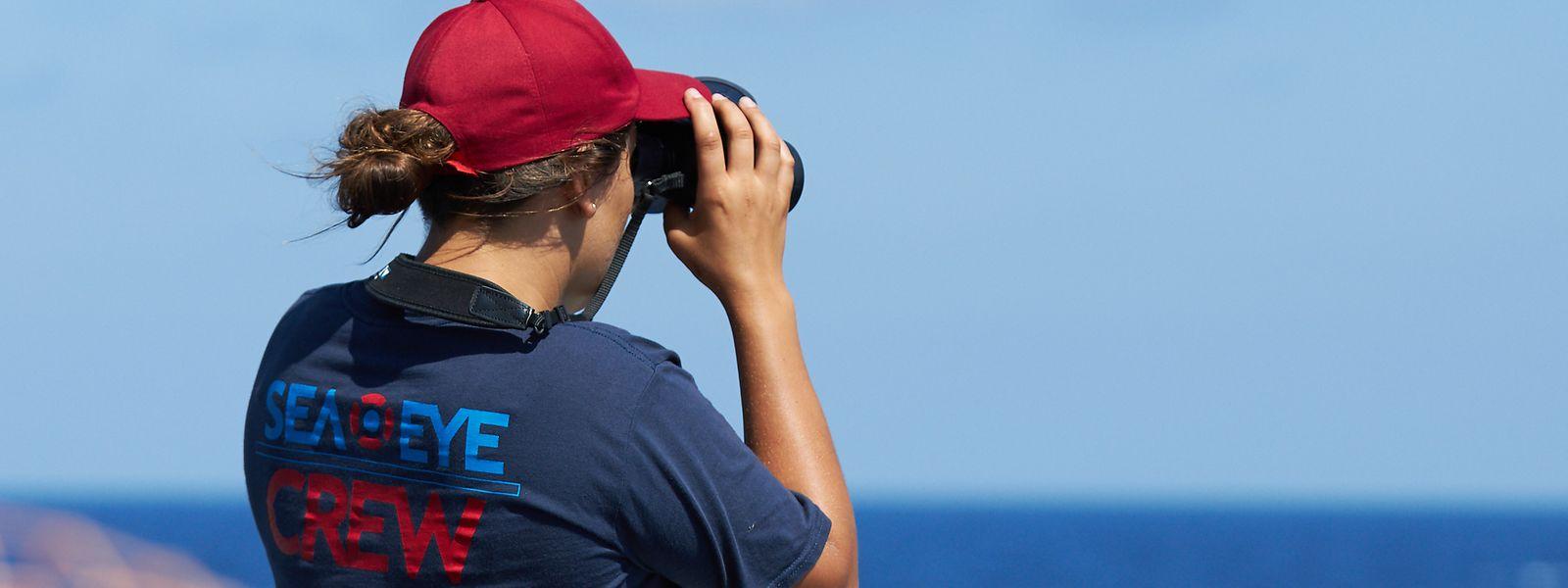 """Ein Crew-Mitglied der """"Alan Kurdi"""" bei einem Einsatz im Mittelmeer."""