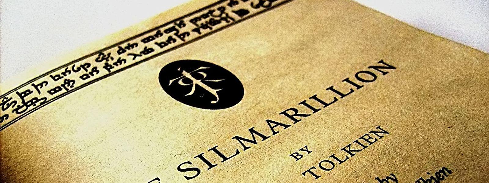 """""""Das Silmarillion"""" ist eine Sammlung unvollendeter Werke von J.R.R. Tolkien, die Christopher Tolkien nach dessen Tod herausbrachte."""