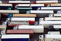 28.01.2020, Großbritannien, Dover: Lastwagen stehen am Hafen für Fähren an, während Großbritannien sich darauf auf den Brexit vorbereitet. Großbritannien will am Freitag (31.01.2020) als erstes Land die Europäische Union verlassen. Foto: Gareth Fuller/PA Wire/dpa +++ dpa-Bildfunk +++