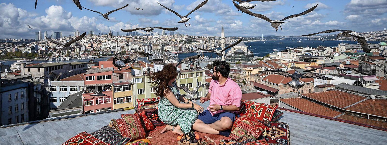 """Goldener Herbst in Istanbul: Die Sonne scheint warm über den glitzernden Bosporus, an dessen Ränder endlose Reihen Häuser die Hügel emporwachsen. Da kommt diese Dachterrasse wie gerufen. Wer vielleicht literarisch reisen will, dem sei """"Istanbul – Erinnerungen und Bilder aus einer Stadt"""" von Orhan Pamuk empfohlen. Die Stadt bedeutet dem Literaturnobelpreisträger die Welt."""