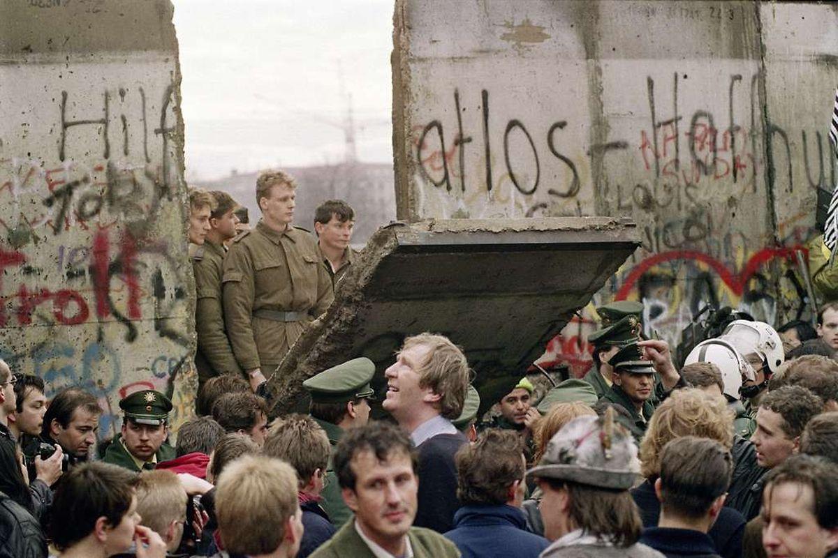 November 1989: Unter den Blicken zahlreicher Berliner demontieren ostdeutsche Grenzschutzsoldaten die Mauer Stück für Stück ab, so auch am Potsdamer Platz. Zwischen 1961 und 1989 sind 938 Menschen erschossen worden bei dem Versuch, die innerdeutsche Grenze zu überwinden. Allein 255 starben in Berlin.